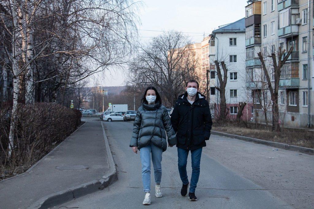 A passeggio con la mascherina a causa dell'emergenza coronavirus (Covid-19)